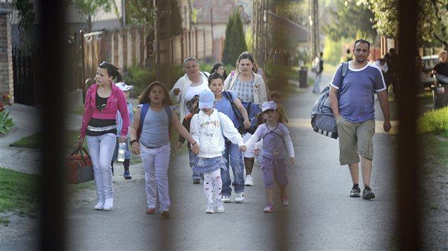 Famille rom quittant son village hongrois avant l'arrivée d'une milice d'extrême-droite.