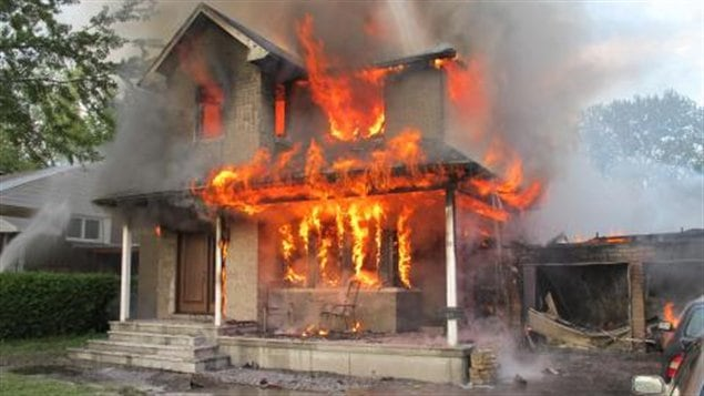 Un incendie d truit une maison ottawa ici radio for Au feu les pompiers la maison