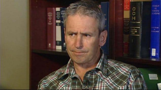 Le pilote instructeur de deltaplane Jon Orders lors du point de presse où il a fait ses excuses à la famille de Lenami Godinez-Avila en mai 2012.
