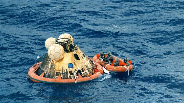 Photo prise le 24 juillet 1969, dans la mer au sud-ouest de Hawaii, de la capsule d'atterrissage de la mission spatiale Apollo 11, dans laquelle Neil Armstrong, Michael Collins, et Edwin E. Aldrin font leur retour sur terre après avoir marché sur la Lune pour la première fois.