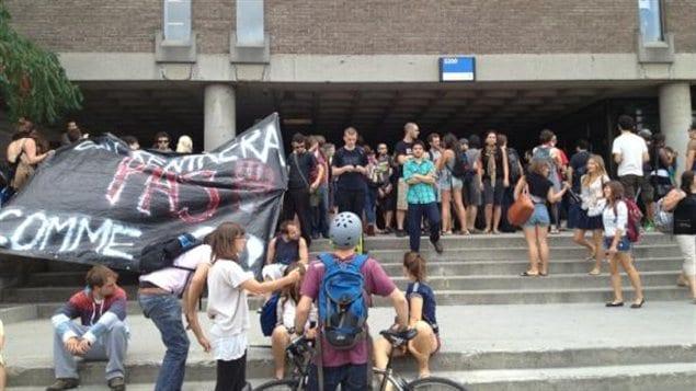 Des étudiants manifestent devant le pavillon Jean-Brillant de l'Université de Montréal.