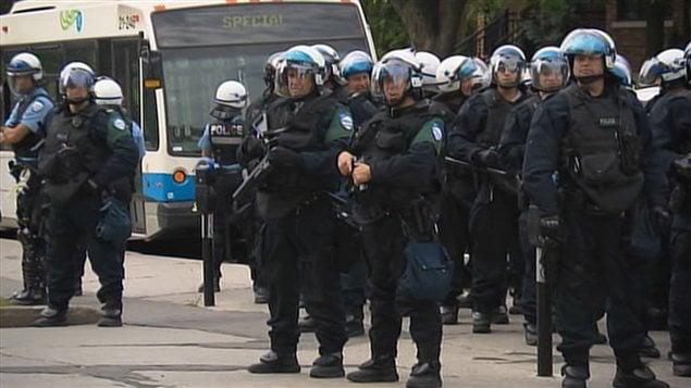 L'escouade polici�re devant un des pavillons de l'Universit� de Montr�al, le 27 ao�t 2012