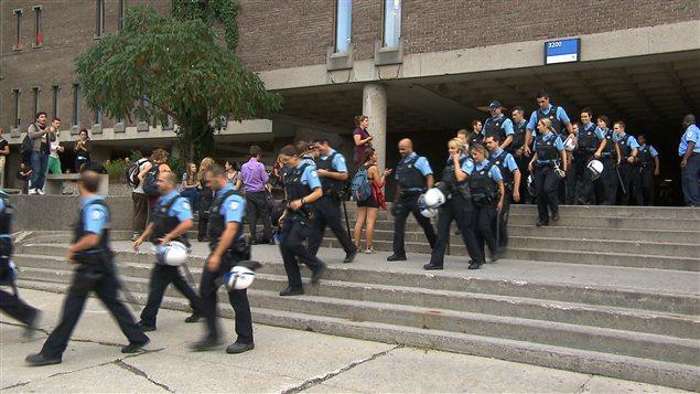 Des policiers à l'extérieur du pavillon Jean-Brillant de l'Université de Montréal
