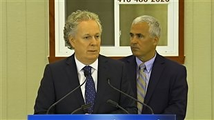 Jean Charest en conf&#233;rence de presse &#224; Saint-Romain