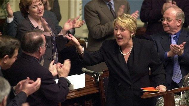 La ministre des Finances Pauline Marois dépose son premier budget à l'Assemblée nationale. (2001)