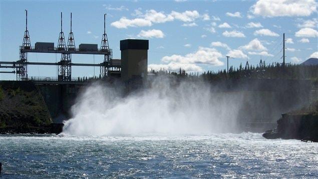 Les barrages comme celui-ci sur le fleuve Yukon à Whitehorse sont une menace selon WWF, car ils créent la fragmentation d'habitats.
