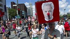 Des manifestants envahissent les rues de Montr�al pour protester contre la hausse des droits de scolarit�, le 22 juin 2012.