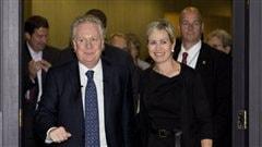 Le premier ministre sortant, Jean Charest, arrivant � son dernier caucus accompagn� de son �pouse Mich�le Dionne