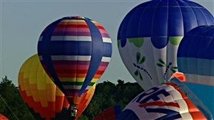 Des montgolfières prennent leur envol durant le Festival de montgolfières de Gatineau.