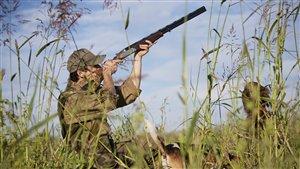 Un chasseur sachant chasser ne part jamais à la chasse sans un bon livre |© iStock photo