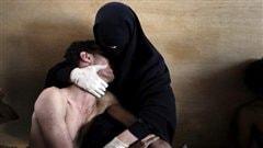 Photo gagnante du World Press Photo 2012: Samuel Aranda pour <i>The New York Times</i>. Une mère console son fils au Yémen.
