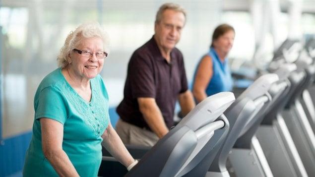 Des personnes âgées s'entraînent