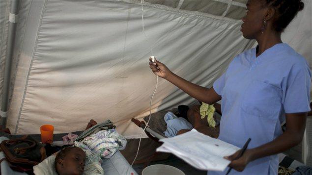 Des personnes atteintes de choléra dans un centre de Médecins sans frontières à Port-au-Prince en juin 2012.