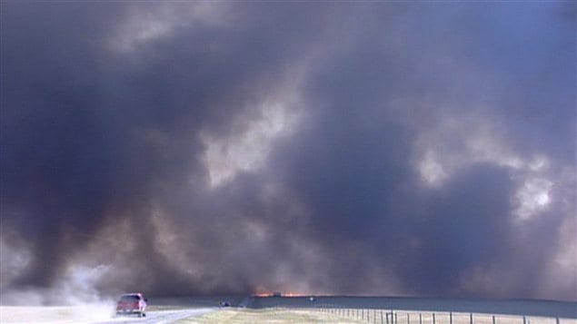 Incendie violent  l&#39;ouest de Lethbridge, dans le sud de l&#39;Alberta