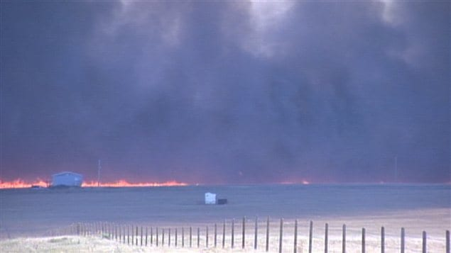 Un feu de broussailles  l&#39;ouest de Lethbridge, dans le sud de l&#39;Alberta, force l&#39;vacuation de plusieurs centaines de personnes.