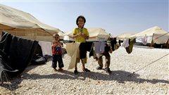 Des enfants syriens se sont réfugiés dans un camp érigé en Jordanie, près de la frontière avec la Syrie.