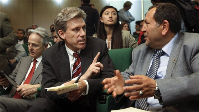 L'ambassadeur américain Christopher Stevens (au centre) a été assassiné mardi. Cette photo d'avril 2011 le montre en discussion avec un membre du Conseil national de transition libyen dans un hôtel de Benghazi.
