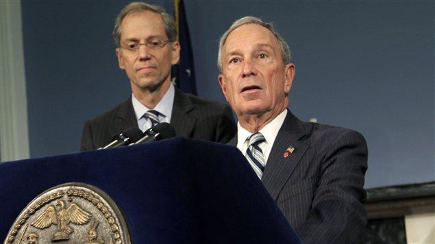Le maire de New York, Michael Bloomberg (droite), accompagné du commissaire à la santé de New York, Thomas Farley, lors d'une conférence de presse, jeudi 13 septembre.