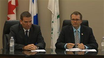 Le ministre de l'Industrie, Christian Paradis, et le maire de Thetford Mines, Luc Berthold