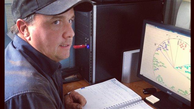 Le producteur de lait Michel Robert surveille ses vaches sur son ordinateur.