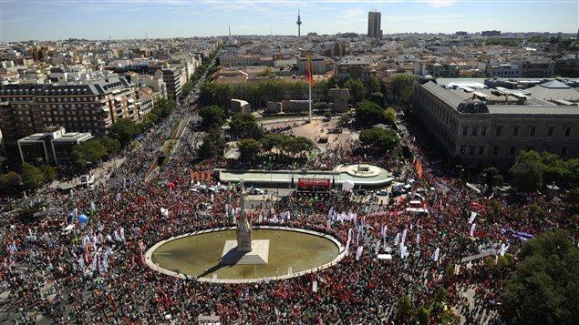 Des milliers de manifestants sont réunis à la Plaza Colon, à Madrid, pour dénoncer les mesures d'austérité de gouvernement.
