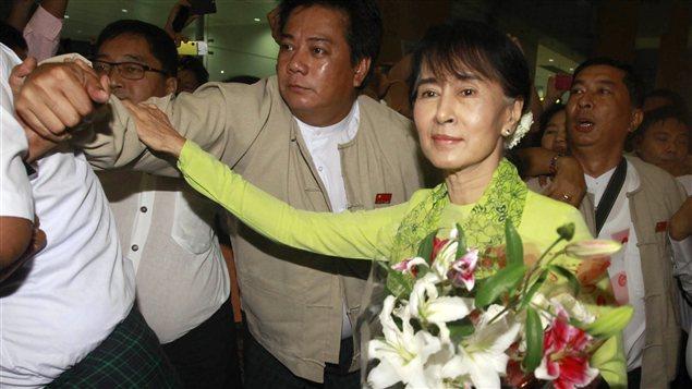 La chef de l'opposition birmane Aung San Suu Kyi quitte l'aéroport international de Rangoon pour un voyage aux États-Unis.