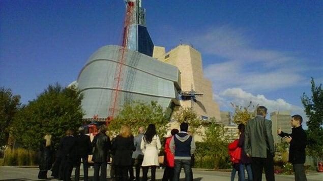 La dernière pièce de verre sur le point d'être posée sur l'édifice du Musée canadien pour les droits de la personne, en septembre 2012.