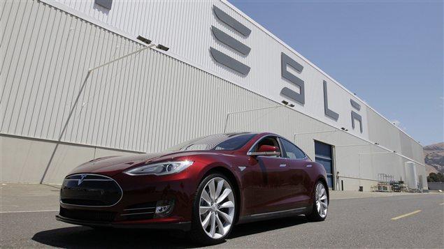 Une voiture fabriquée par Tesla garée devant l'usine californienne de Fremont. Des informaticiens chinois ont réussi à pirater le système informatique de la voiture.