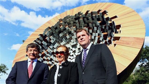 Le ministre des Affaires étrangères du Canada, John Baird, son homologue turc Ahmet Davotoglu et la veuve du diplomate turc Atilla Altikat posent devant le monument