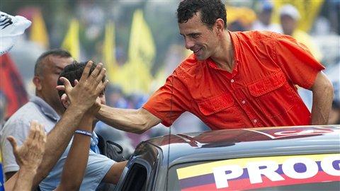 Le candidat de l'opposition, Henrique Capriles, salue ses partisans à Petare, le 16 septembre 2012.