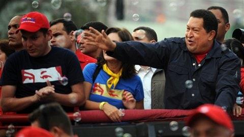 Hugo Chavez salue ses partisans au cours d'un rassemblement à Caracas le 17 septembre 2012.