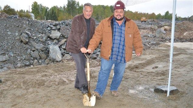 Le maire de Rouyn-Noranda, Mario Provencher, et le président de Gestion Coulombe et frères, Steve Coulombe, lors de la première pelletée de terre au projet domiciliaire Saguenay
