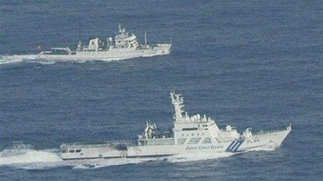 Un buque de la Guardia Costera japonesa (abajo) vigila a un navío chino.