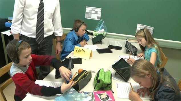 Enfants qui utilisent le iPad