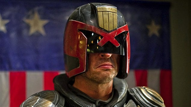 Judge Dredd, version 2012, interprété par le comédien Karl Urban dans le film <em>Dredd 3D</em>, de Pete Travis