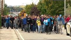 De jeunes rimouskois marchent pour la recherche contre le cancer.