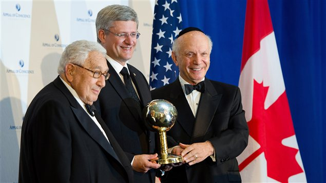 Le premier ministre canadien Stephen Harper reoit le prix d&#39;&amp;#160;Homme d&#39;tat de l&#39;anne&amp;#160; des mains de Henry Kissinger et du rabin Arthur Schneier, prsident de la fondation Appeal of Conscience,  New York.