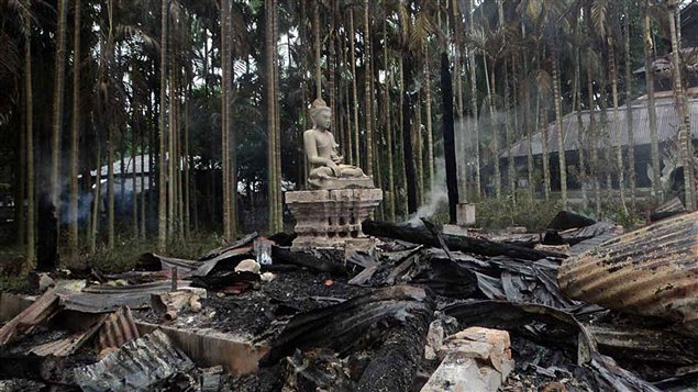 Une statue de bouddha au milieu des ruines du temple Lal Ching incendi  Ramu,  quelque 350 kilomtres de la capitale Dacca.