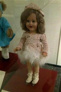 La poupée Barbara Ann Scott, exposée à l'hôtel de ville d'Ottawa.