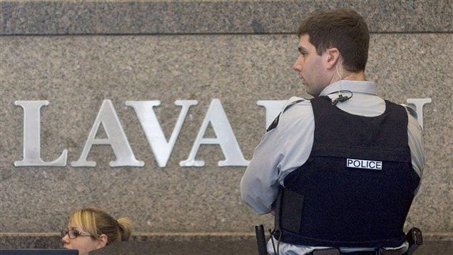 Un policier de la GRC lors d'une perquisition ayant eu lieu le 13 avril 2012 aux bureaux montréalais de l'entreprise.