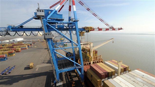 Un cargo est déchargé de ses conteneurs au Grand port maritime de Nantes-Saint-Nazaire, dans l'ouest de la France.