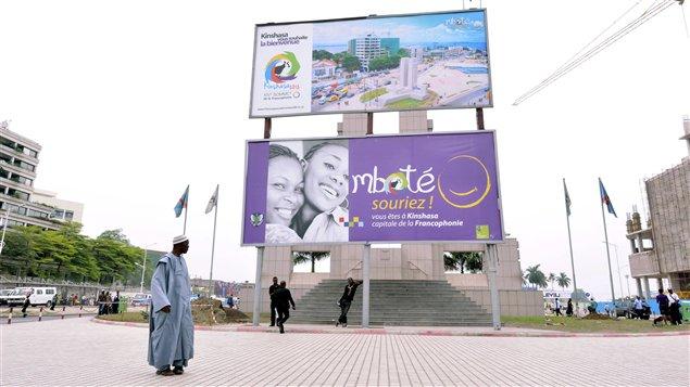 Gare centrale de Kinshasa : des affiches annoncent la tenue du Sommet de la Francophonie dans la capitale de la République démocratique du Congo du 12 au 14 octobre 2012.