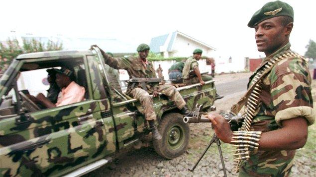 Les membres des forces rebelles au régime Kabila patrouillent une rue de Goma, dans l'est de la République démocratique du Congo