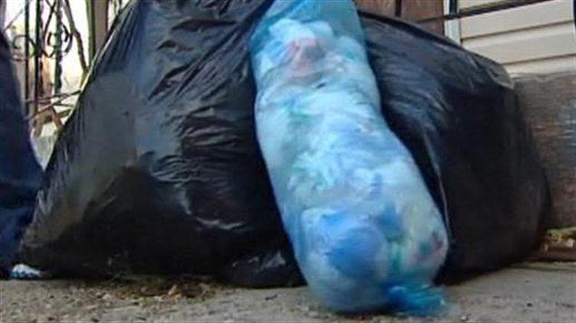 Des sacs de poubelles remplis