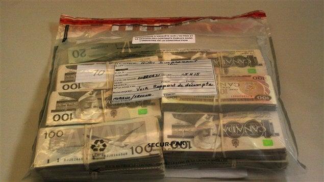 L'argent remis par M. Surprenant aux enquêteurs de la commission a été déposé en preuve.