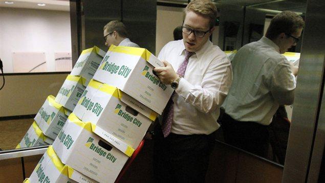 Le procureur Peter Janci se saisit des boîtes contenant les documents de Boy Scouts of America.