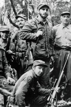 Fidel Castro (haut, centre) et Raul Castro (bas) en 1957 durant la guerre de gurilla mene contre le dictateur cubain Fulgencio Bastista.