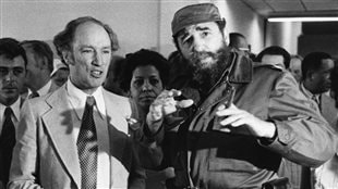 Le premier ministre canadien Pierre Elliott Trudeau rencontre Fidel Castro lors d&#39;une visite  La Havane en 1976