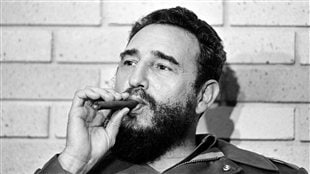 Fidel Castro en 1974, fumant le cigare