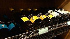 Des bouteilles de vin dans un magasin